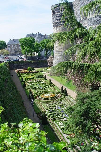 《アンジェ城》 フランス庭園風の濠 Angers, France 2004/04/25 Photo by Kohyuh